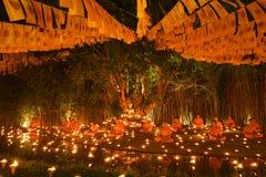"""CHIANG MAI THAILAND †""""1 MAART: De Dag van Makhabucha Traditionele boeddhistische monniken en de verlichtingskaarsen voor godsdi Royalty-vrije Stock Afbeelding"""