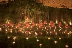 """CHIANG MAI THAILAND †""""1 MAART: De Dag van Makhabucha Traditionele boeddhistische monniken en de verlichtingskaarsen voor godsdi Royalty-vrije Stock Foto's"""