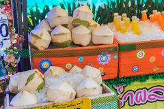 Chiang Mai, Thailand - 3. Mai 2017: Abgezogene junge Kokosnüsse auf Eis Stockfotos