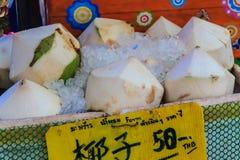 Chiang Mai, Thailand - 3. Mai 2017: Abgezogene junge Kokosnüsse auf Eis Stockbilder