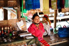 Chiang Mai, Thailand - 22. April 2015: Das Dorf von langhalsigen Frauen Hilltribe-Dörfer lizenzfreie stockfotografie
