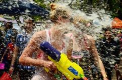 CHIANG MAI THAILAND - APRIL 15: Folk som firar Songkran eller vattenfestival i gatorna, genom att kasta på vatten på de Arkivbilder