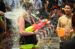 CHIANG MAI THAILAND - APRIL 15: Folk som firar Songkran eller vattenfestival i gatorna, genom att kasta på vatten på de Royaltyfri Fotografi