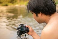 Chiang Mai, Thailand 1 - April 2018 Männer mit Kamera Fluss photogra stockfotografie