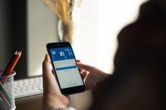 CHIANG MAI THAILAND - AUGUSTI 15, 2018: iPhone med facebookapplikation på skärmen facebook är endela app för arkivfoton