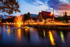 Chiang Mai, Thailand bij zonsondergang Levendige straat in populaire toeristische stad Stock Afbeelding