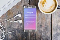 CHIANG MAI, THAILAND - BRENG 09, 2016 IN DE WAR: Het scherm schoot Instagram-toepassing gebruikend de melkwegs6 rand van Samsung Stock Foto's