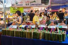 CHIANG MAI, THAILAND - CIRCA IM AUGUST 2015: Lokale Leute verkaufen traditionelles thailändisches Lebensmittel und Getränke am Na Stockfotos