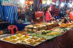 CHIANG MAI, THAILAND - CIRCA IM AUGUST 2015: Lokale Leute verkaufen traditionelles thailändisches Lebensmittel und Getränke am Na Stockfoto