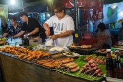 CHIANG MAI, THAILAND - CIRCA IM AUGUST 2015: Lokale Leute verkaufen traditionelles thailändisches Lebensmittel und Getränke am Na Lizenzfreies Stockfoto