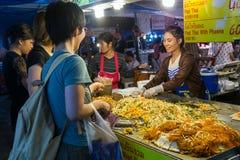 CHIANG MAI, THAILAND - CIRCA IM AUGUST 2015: Lokale Leute verkaufen traditionelles thailändisches Lebensmittel und Getränke am Na Lizenzfreie Stockfotografie