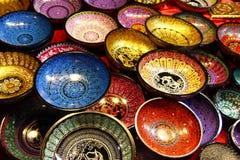 Chiang Mai Thailand - December 2, 2017: Målade färgrika träplattor med traditionell thailändsk design arkivbild