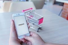 CHIANG MAI, THAILAND - Feb 22,2018: Frau, die Apple-iPhone 6 hält lizenzfreie stockfotos