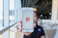 CHIANG MAI, THAILAND - Feb 22,2018: Frau, die Apple iPhone 6S Rose Gold mit Pinterest-Apps auf Schirm hält Pinterest sein ein onl stockbilder