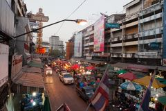 CHIANG MAI THAILAND - FEBRUARI 23: Blommamarknaden, i att gå royaltyfri fotografi