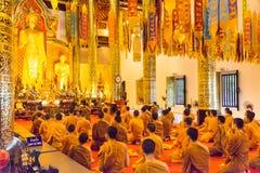 Chiang Mai, Thailand - 24 februari 2015: De boeddhistische monniken bidden in Wat Royalty-vrije Stock Afbeelding