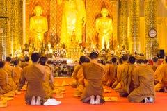 Chiang Mai, Thailand - 24 februari 2015: De boeddhistische monniken bidden in Wat Royalty-vrije Stock Foto's