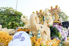 CHIANG MAI, 04 THAILAND-FEBRUARI: De paradeauto's zijn verfraaid met vele verschillende soorten bloemen in jaarlijks 41ste Chiang Stock Afbeelding
