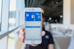 CHIANG MAI, THAILAND - 22,2018 Februari: Het Apple iPhone 6S Rose Gold van de vrouwenholding met facebook app op het scherm Faceb stock afbeeldingen