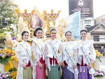 CHIANG MAI, 04 THAILAND-FEBRUARI: Misser Chiangmai 2017 bij bloemen verfraait auto in jaarlijks 41ste Chiang Mai Flower Festival, Royalty-vrije Stock Afbeeldingen