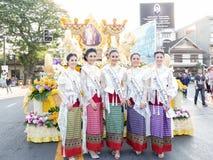 CHIANG MAI, 04 THAILAND-FEBRUARI: Misser Chiangmai 2017 bij bloemen verfraait auto in jaarlijks 41ste Chiang Mai Flower Festival, Royalty-vrije Stock Foto