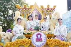 CHIANG MAI, 04 THAILAND-FEBRUARI: Misser Chiangmai 2017 bij bloemen verfraait auto in jaarlijks 41ste Chiang Mai Flower Festival, Stock Afbeeldingen
