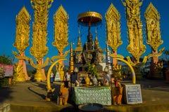 CHIANG MAI THAILAND - FEBRUARI 01, 2018: Utomhus- sikt av oidentifierat folk av den hinduiska stora elefantstatyn på guld- Royaltyfri Bild