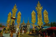 CHIANG MAI THAILAND - FEBRUARI 01, 2018: Utomhus- sikt av oidentifierat folk av den hinduiska stora elefantstatyn på guld- Arkivfoto