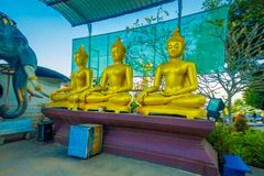 CHIANG MAI THAILAND - FEBRUARI 01, 2018: Utomhus- sikt av tre guld- statyer på den guld- triangeln i Thailand in Arkivbild