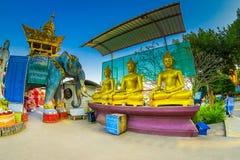 CHIANG MAI THAILAND - FEBRUARI 01, 2018: Utomhus- sikt av tre guld- statyer på den guld- triangeln i Thailand _ Arkivfoton