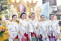 CHIANG MAI, THAILAND-FEBRUARY 04: Chybienie Chiangmai 2017 przy kwiatami dekoruje samochód w rocznika Chiang Mai kwiatu 41th fest Obrazy Stock