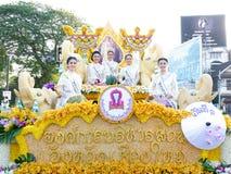 CHIANG MAI, THAILAND-FEBRUARY 04: Chybienie Chiangmai 2017 przy kwiatami dekoruje samochód w rocznika Chiang Mai kwiatu 41th fest Obraz Stock
