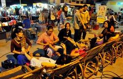 Chiang Mai Thailand: Folk som får fotmassage Royaltyfria Bilder