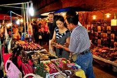 Chiang Mai Thailand: Folk som shoppar för hemslöjdar Royaltyfri Bild