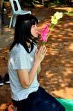 Chiang Mai, Thailand: Frau, die im Gebet knit stockfotos