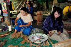Chiang Mai, Thailand: Frauen, die Sonnenschirme herstellen stockfotografie