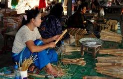 Chiang Mai, Thailand: Frauen, die Sonnenschirme herstellen lizenzfreie stockbilder
