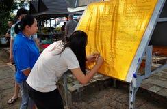 Chiang Mai, Thailand: Frauen am thailändischen Tempel lizenzfreie stockbilder