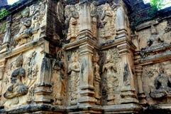 Chiang Mai Thailand: Gudar för Bas lättnad på Wat Ched Yod Royaltyfri Bild