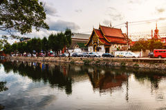 Chiang Mai Thailand i aftonen Livlig gata i populär touristic stad Royaltyfri Foto