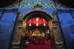 CHIANG MAI, THAILAND - 21. JANUAR 2012: Thailändische Mönchmeditationsrituale während der Abendgebete im Tempel bei Wat Phra Thar Stockfotografie