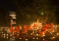 CHIANG MAI, THAILAND - JULI 30: De niet geïdentificeerde Thaise monniken mediteren Stock Foto