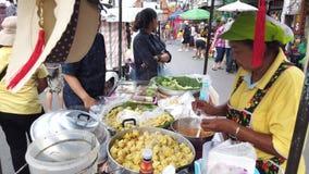 Chiang Mai, Thailand - Juli 28, 2019: De Verkopers Verkopende Bollen Chiang Mai Walking Street van de voedselkar stock videobeelden