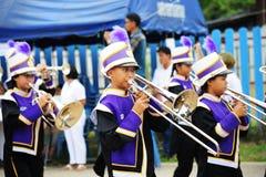 CHIANG MAI THAILAND - Juli 03, 2017: Deltagande för musikband för studentskolamarsch i festivalen för att donera pengar till temp Royaltyfri Fotografi