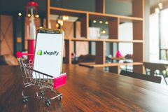 CHIANG MAI, THAILAND - Juli 7.2018: Mobiele Telefoon die Shopify-ap gebruiken royalty-vrije stock fotografie