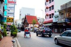 Chiang Mai Thailand - Juli 14 2018: Trans. på den Thaphae vägen har bilen, motorcykeln, trehjulingen och folk som vaknar på royaltyfri bild