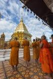 Chiang Mai, Thailand - Jun 17, 2017: Monniken en beginners die aan Phra bidden dat Doi Suthep Stock Fotografie