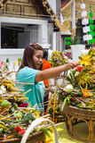 Chiang Mai Thailand June 13 identificou a homenagem do pagamento da mulher a uma Buda. Foto de Stock
