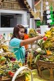 Chiang Mai Thailand June 13 identifierade kvinnalönvördnad till en Buddha. Arkivfoto