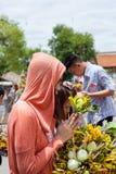 Chiang Mai Thailand June 13 identifizierte Frau Lohnehrerbietung zu einem Buddha. Stockbild
